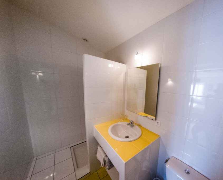salle-de-bain-chambre-hotes-saint-medard-en-jalles-theme-jaune